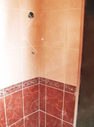 Укладка плитки в ванной комнате.